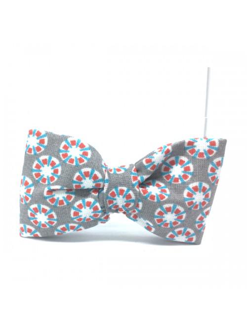 Broche Noeud-Papillon petit modèle motifs fleurs et fond gris