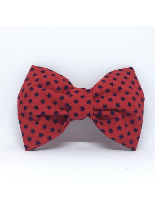 Broche Noeud-Papillon Grand Modèle Etoiles Bleues fond Rouge
